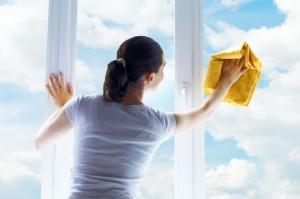 Мыть окно салфеткой из микрофибры