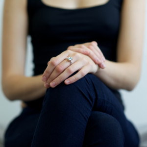 Золотое кольцо на руке девушки