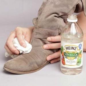 Очищение грязи с замшевого сапога
