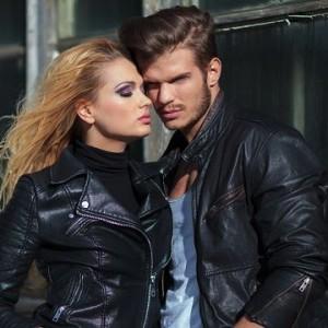 Мужчина и женщина в кожаных крутках